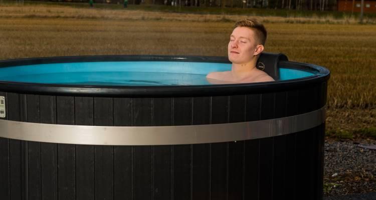 Att bada badtunna främjar både det psykiska och fysiska välbefinnandet  9edbd4040efad