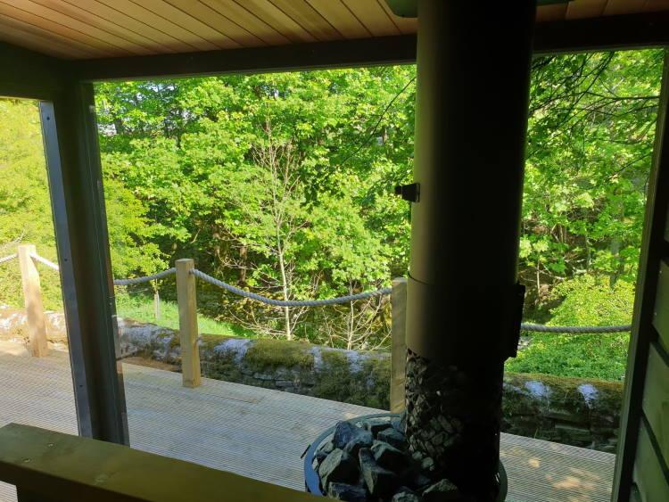 Die Panorama-Glasscheibe der Kirami FinVision-Sauna reinigen Sie mit Glasreinigungswerkzeug und Reinigungsmitteln. | Kirami FinVision -sauna